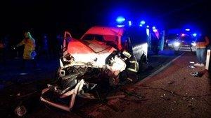 İki araç kafa kafaya çarpıştı! 2 ölü, 5 yaralı