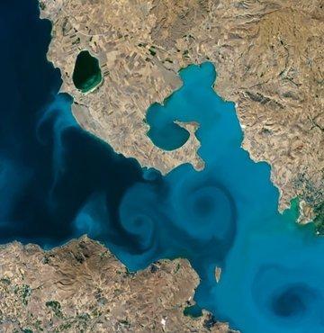ABD Havacılık ve Uzay Ajansının (NASA) düzenlediği çevrim içi fotoğraf yarışmasında, uzaydan çekilen Van Gölü fotoğrafı, finale kalan iki fotoğraf arasından birinci oldu