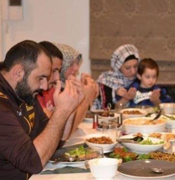 İslam aleminin merakla beklediği mübarek Ramazan ayına merhaba dedik. Vatandaşlar, bugün ilk iftarlarına hazırlanıyor ve oruç açarken okunacak duaları merak ediyor. Peki oruç nasıl açılır ve oruç açma duası nedir? İşte merak edilen soruların yanıtları...