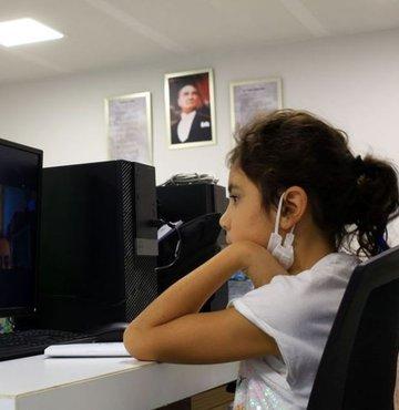 Cumhurbaşkanı Erdoğan, kabine toplantısının ardından milyonlarca öğrenciyi ve aileyi ilgilendiren açıklamalarda bulundu. Mart ayında başlayan yüz yüze eğitim ile ilgili son dakika yeni bir karar alındı. Peki Okullar kapandı mı? Hangi sınıflar yüz yüze eğitime devam edecek? İşte son dakika Cumhurbaşkanı Erdoğan açıklaması..