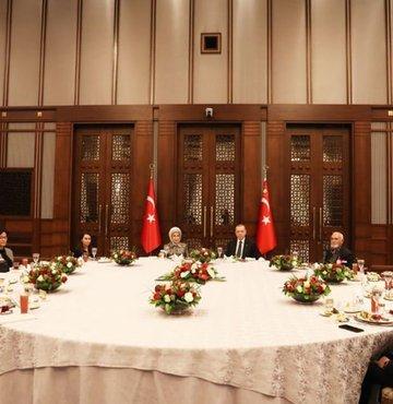 Cumhurbaşkanı Recep Tayyip Erdoğan Ramazan ayının ilk gününde şehit aileleriyle iftarda bir araya geldi. Erdoğan ailelerle birlikte iftar yaptı