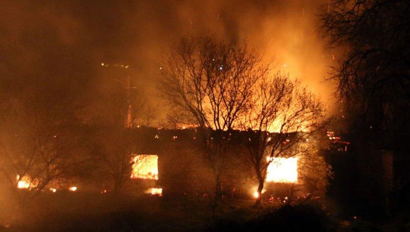 Uşak'ta çıkan yangında 2 ev, 1 ahır kullanılamaz hale geldi