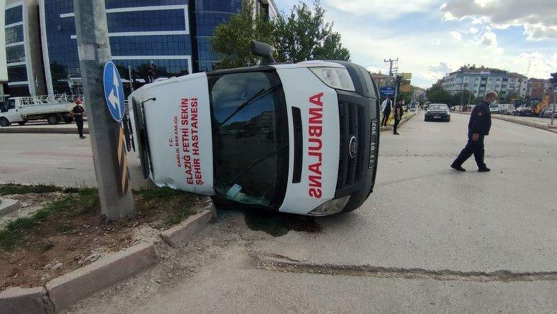 Otomobilin çarptığı ambulans devrildi; koronavirüs hastası yaralandı