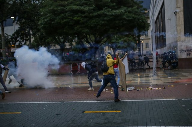 KOLOMBİYA... Son dakika: Halk sokaklaa döküldü, polis müdahale etti: 24 ölü