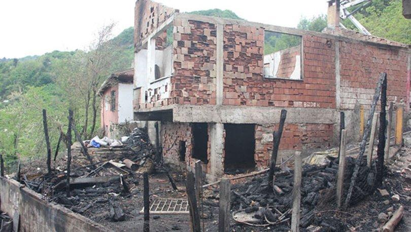 Kastamonu'da 6 kardeşin evleri yıldırım düşmesi sonucu yanmış