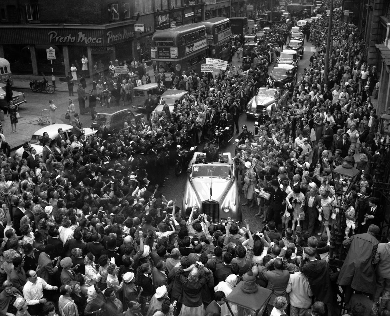 Yuri Gagarin, 11 Temmuz 1961'deki Londra ziyaretinde böyle karşılandı.