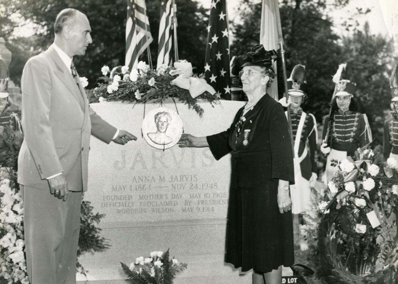Anneler gününde Anna Jarvis'in mezarı başındaki anma töreni (1949)