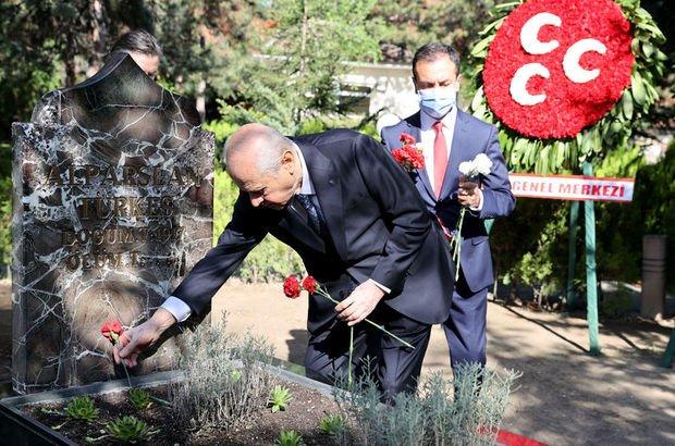 Bahçeli Türkeş'in kabrini ziyaret etti