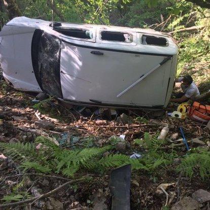 Freni boşalan hafif ticari araç şarampole yuvarlandı: 1 ölü, 3 yaralı