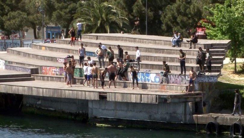 YASAKLARI HİÇE SAYDILAR! Son dakika: İstanbul Karaköy'de gençler denize girdi!