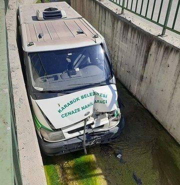 Karabük'te hastaneye cenaze almaya giden Karabük Belediyesi'ne ait Cenaze Nakil aracı sürücüsünün direksiyon hakimiyetini kaybetmesi üzerine su kanalına uçtu