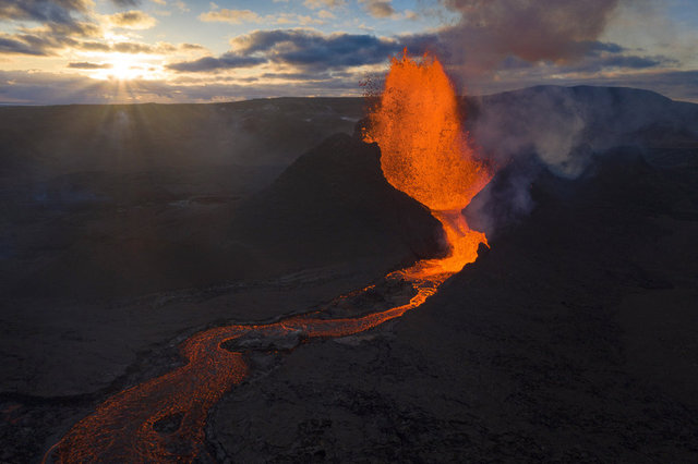 SON DAKİKA: İzlanda'da 'doğa harikası' yanardağ patlaması!