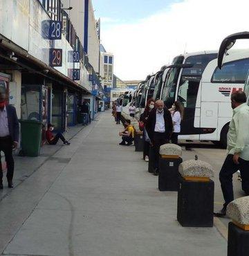 Koronavirüs vakalarının artmasıyla uygulanmaya başlanan 17 günlük tam kapanmanın son gününde İstanbul'a dönüşler için otogarda bilet telaşı başladı. Yüzde 100 kapasiteyle bilet satan seyahat firmaları, kademeli normalleşmede kapasitenin yüzde 50'si kadar yolcu kısıtlaması gelince ne yapacağını şaşırdı.