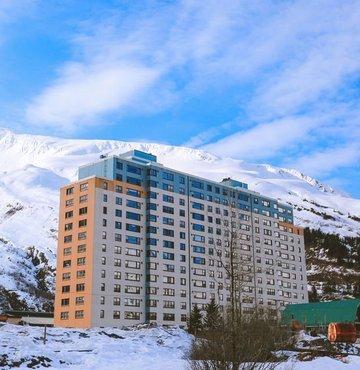 Alaska'da bulunan Whittier kentinin neredeyse tüm nüfusu 1957 yılında kışla olarak inşa edilen bir binada yaşıyor. Okul, market, belediye binası, kilise ve otelin olduğu binanın sakinleri, dışarı çıkmadan yaşamlarını sürdürebiliyor
