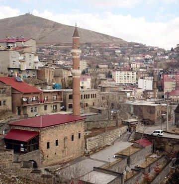 Van Gölü havzasında insanlık tarihinin en eski merkezlerinden olan Bitlis ve ilçeleri, binlerce yıllık tarihi eserleriyle ağırladığı yerli ve yabancı ziyaretçilerine adeta geçmişte yolculuğa çıkma imkanı sunuyor
