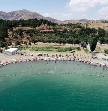 Tarihi Harput Mahallesi, Buzluk Mağaraları, Hazarbaba Dağı, Hazar Gölü, Saklıkapı ve Karaleylek kanyonları, Keban Baraj Gölü ve Çırçır Şelalesi ile birçok güzelliği barındıran kent, doğa, tarih ve adrenalin tutkunlarını ağırlamaya hazır