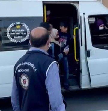 Kocaeli'de, fazla yolcu bulunması nedeniyle polislerin dikkatini çekerek durdurulan minibüsteki 44 kaçak göçmen yakalandı. 18 kişilik minibüste 44 kaçak göçmeni taşıyan araç sürücüsü gözaltına alındı.