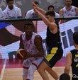 ING Basketbol Süper Ligi play-off yarı final serisi 4. maçında Fenerbahçe Beko, konuk olduğu Pınar Karşıyaka'yı 78-76 mağlup ederek seriyi 3-1 yaptı ve finale adını yazdırdı