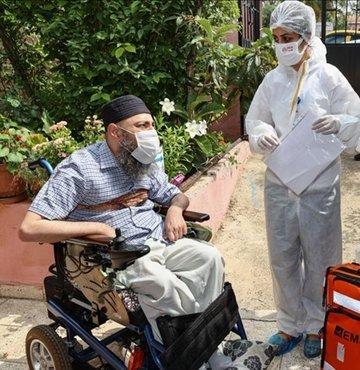 İl Sağlık Müdürlüğü bünyesinde kurulan ekipler, evlerinden çıkamayan tam bağımlı, orta düzey ve ağır engelli vatandaşların ikametlerine giderek Sinovac aşısını uyguluyor