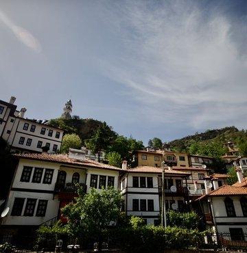 Sakin şehirGöynük, kültürel ve doğal güzelliklerinin yanı sıra Akşemseddin Hazretlerinin türbesine de ev sahipliği yapmasıyla ziyaretçilerin ilgisini çekiyor