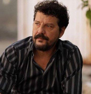 Ünlü oyuncu İlker Aksum, Adana'da kullandığı otomobilin direksiyon hakimiyetini kaybedince kaza yaptı. Takla atan araçta hasar meydana gelirken Aksum'un sağlık durumunun iyi olduğu öğrenildi
