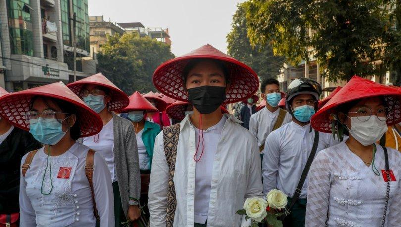 Myanmar'da askerî rejim altında eğitim almak istemeyen öğrenciler ve öğretmenlerden protesto