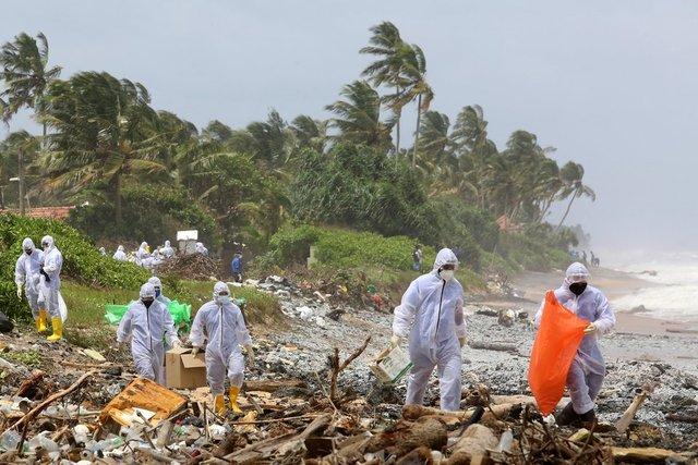 SON DAKİKA: Sri Lanka'da yanan konteyner gemisinden kopan enkaz parçaları sahile vurdu - Haberler