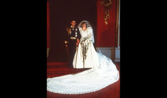 Lady Diana'nın ikonik gelinliği 25 yıl sonra sergide...