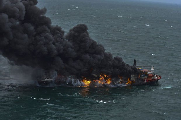 Sri Lanka'da günlerdir yanan konteyner gemisi batıyor!