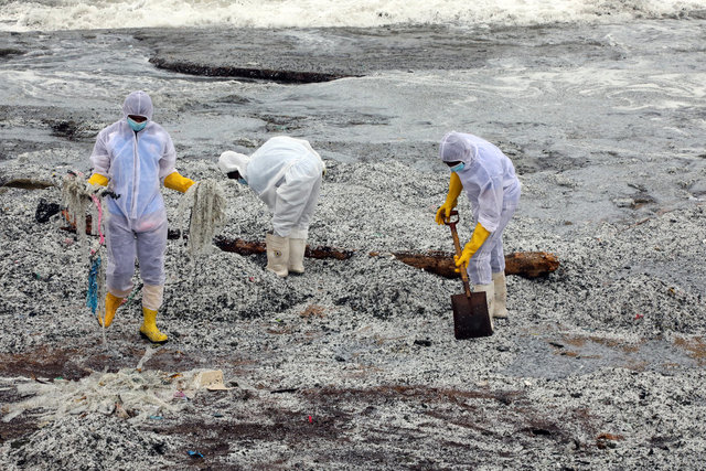 SON DAKİKA: Sri Lanka kimyasal madde taşıyan geminin batmasının ardından çevre felaketiyle karşı karşıya!