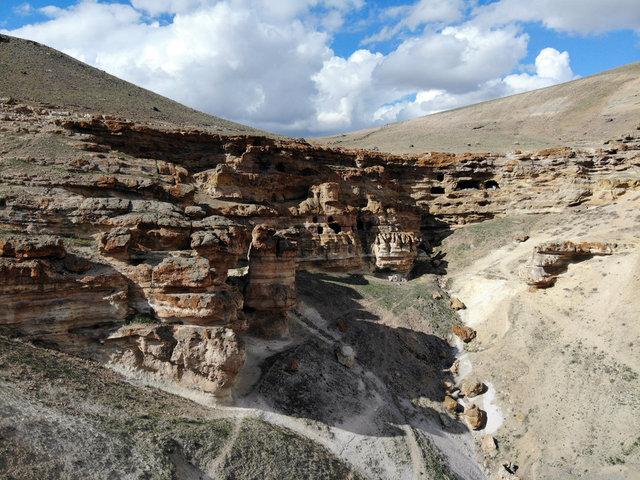 Kayalar oyularak yapılan Yukarı Biligan Mağaraları ziyaretçilerini bekliyor