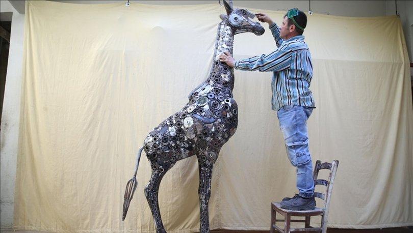 Hatay'da mozaik ustası, hurdalardan 2,5 metrelik zürafa heykeli yaptı