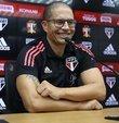 Sao Paulo 20 yaş altı takımını çalıştıran Alex de Souza, aldığı ilginç kararla farkını şimdiden ortaya koydu. Takımının eksik oynama konusunda tecrübe kazanmasını isteyen Alex, hazırlık maçında bir oyuncusunu kendi kararıyla sahadan çekti