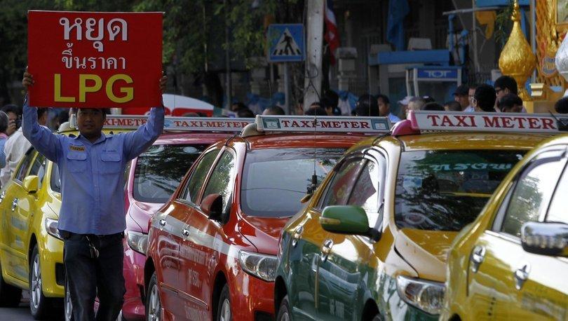 Taylandlı taksi şoföründen üç farklı dilde aşı iknası