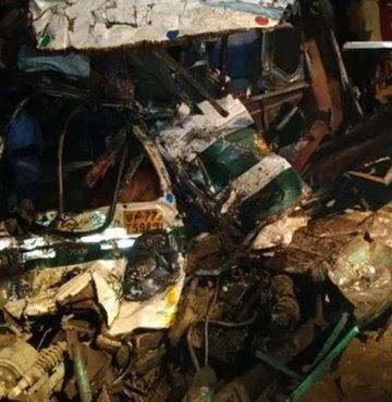 Hindistan'ın Uttar Pradeş eyaletine bağlı Kampur kenti yakınlarında bir otobüs ile iş makinesinin çarpışması sonucu 15 kişi hayatını kaybetti.