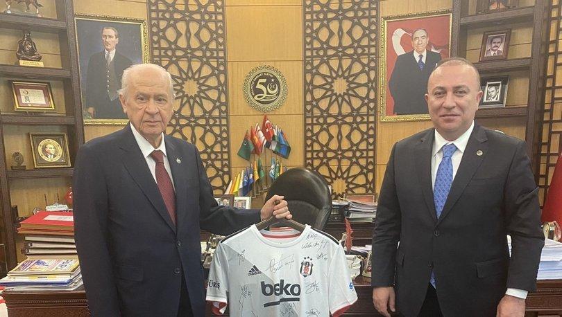 Son dakika: MHP lideri Bahçeli'ye imzalı Beşiktaş forması hediye edildi
