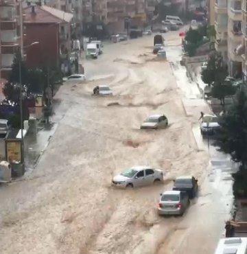 Ankara korkutan görüntüler kaydedildi. Kentin Mamak ilçesinde etkili olan sağanak, sele neden oldu, araçlar sürüklendi