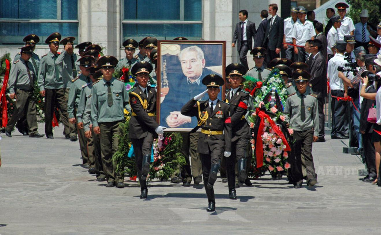 Cengiz Aytmatov, 14 Haziran 2008'de Kırgızistan devlet töreniyle son yolculuğuna uğurlandı.