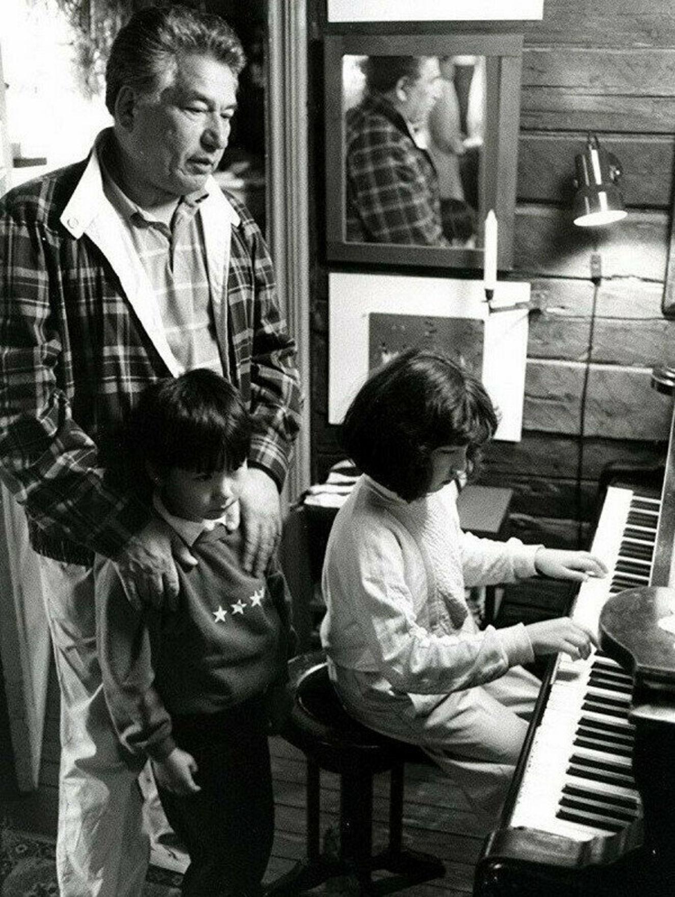 Cengiz Aytmatov, çocukları Sancar ve Şirin ile birlikte görülüyor.
