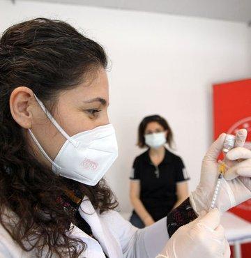 Koronavirüs ile mücadelede, Pfizer-BioNTech aşılarının aile sağlığı merkezlerinde de yapılmaya başlanmasıyla, aşı israfı konusu tekrar gündeme geldi. Aile Hekimi Dr. Abdullah Uçar ise sosyal medya hesabından aşı israfıyla ilgili dikkat çeken bir paylaşımda bulundu