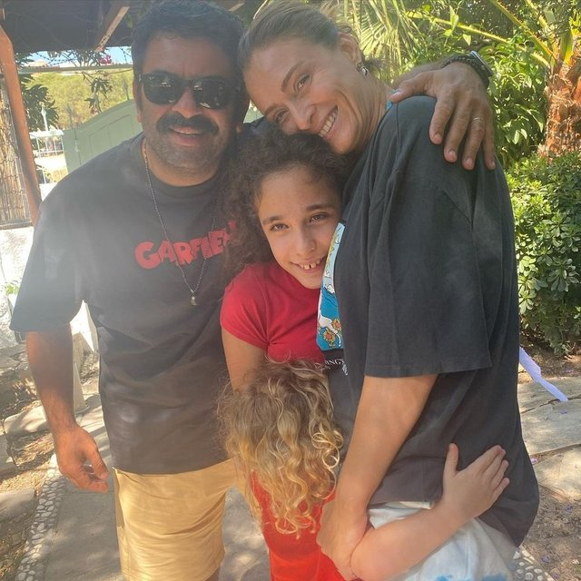 Ceyda Düvenci-Bülent Şakrak çifti tatilden döndü - Magazin haberleri