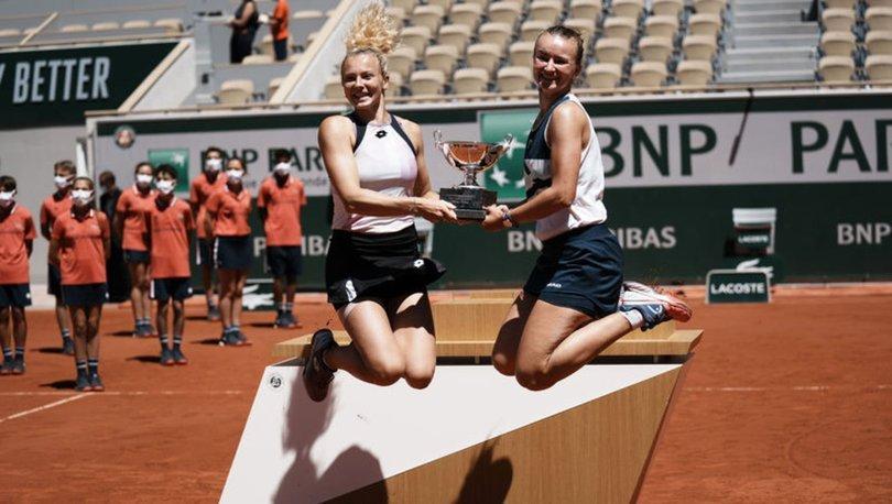 Barbora Krejcikova, Fransa Açık'ta teklerin ardından çiftlerde de kupaya uzandı
