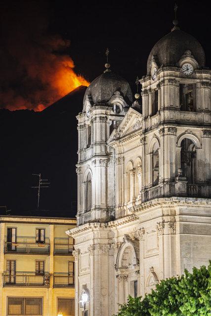 SON DAKİKA: İtalya'da Etna Yanardağı lav ve kül püskürtmeye devam ediyor