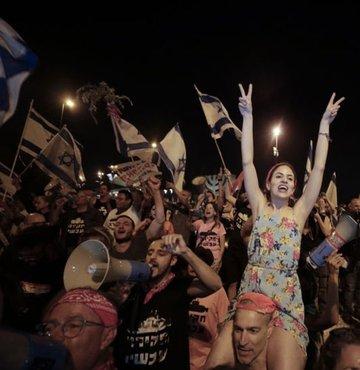 İsrailliler, 12 yılı aşkın süredir aralıksız başbakanlık yapan Binyamin Netanyahu döneminin sonra ermesini kutladı.