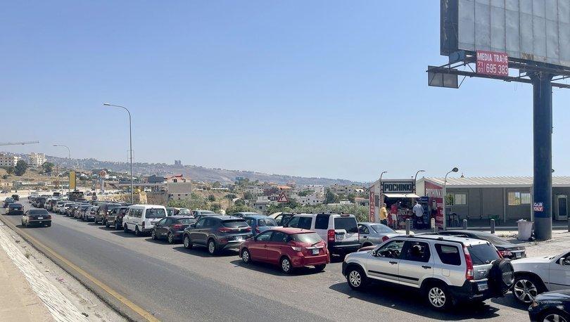 Lübnan'da benzin krizi nedeniyle akaryakıt istasyonların önünde uzun kuyruklar oluştu