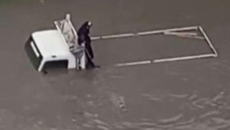 Yoğun yağışta mahsur kalan vatandaşı yüzerek böyle kurtardı