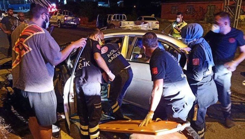 Hatay'da direğe çarpan otomobildeki polis öldü, eşi yaralandı