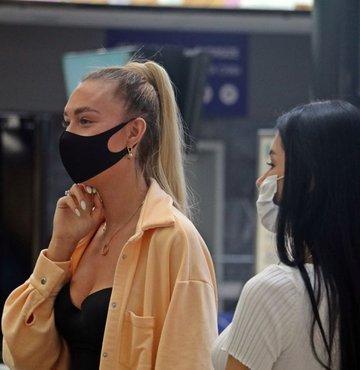 """Enfeksiyon Hastalıkları ve Mikrobiyoloji Uzmanı Dr. Öğr. Üyesi Cengiz Uzun, havaların ısınması ile birlikte maske kullanımının daha zor bir hale geldiğini belirterek, """"Solunum ve terleme ile birlikte sıcak havalarda maske, rahatsız edici olmasının yanı sıra hızlı bir şekilde nemlendiğinden kısa sürede etkisini kaybediyor ve bu nedenle sürekli olarak değiştirilmesi gerekiyor"""" ifadesini kullandı"""