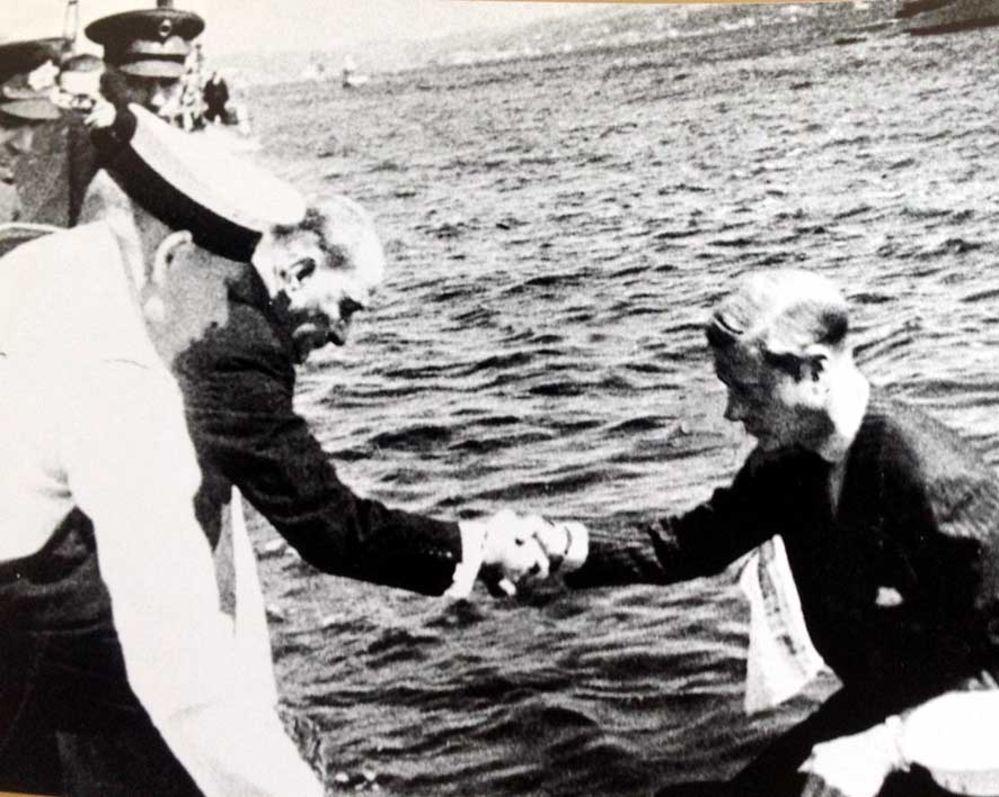 """Atatürk'ün 4 Eylül 1936'da İstanbul'a gelen İngiliz Kralı Sekizinci Edward'a motordan rıhtıma rahatça çıkabilmesi için elini uzattığı sırada çekilen bu fotoğrafı, bir güruh """"Atatürk, Kral'ın önünde eğildi"""" palavrası ile pazarlamıştı..."""