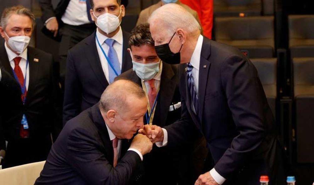 Tayyip Erdoğan ile Joe Biden'in iki günden buyana çok konuşulan fotoğrafları.